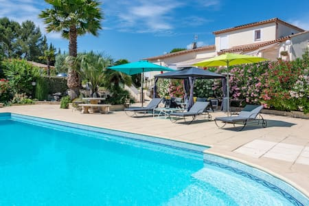 Villa RIVIERA with hot tub and pool in Sommières