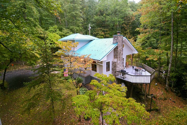Secluded mountain home on 2 acres w/ fireplace, deck & firepit