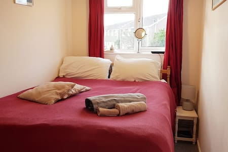 Cute cosy double bed in Mudeford