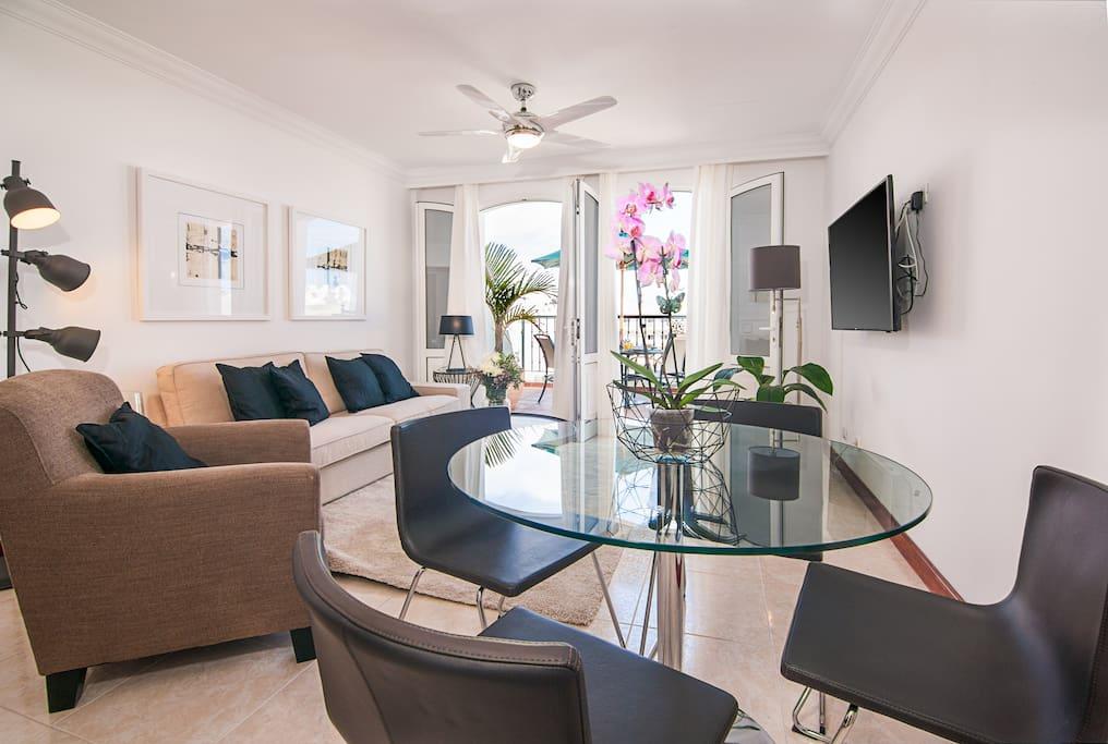 Salón comedor con terraza. Repleto de luz natural y decoración fresca y elegante.