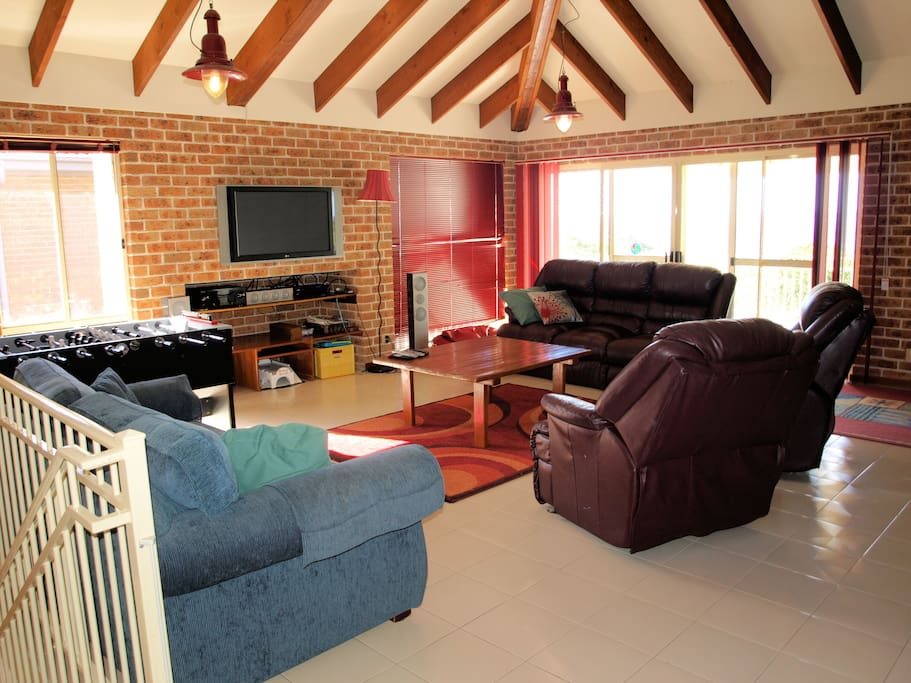 Huge living areas. Large TV, FOXTEL DVD Stereo.