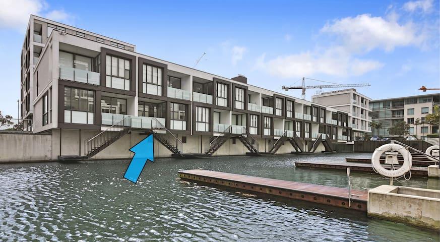 Viaduct Harbour Waterside Apartment + Carpark