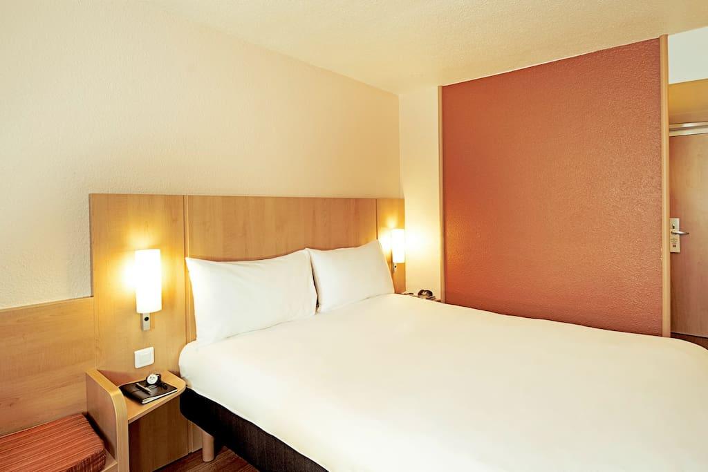 """Equipée de la nouvelle literie """"Sweet Bed by ibis"""", la nouvelle chambre ibis vous offre un confort absolu : Lit de grande taille, bureau, internet offert, parquet, écran plat LCD avec les plus grandes chaines et une salle de bain"""