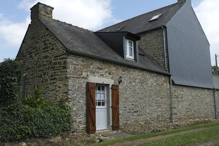 Traditional French cottage in Brittany - Guillac