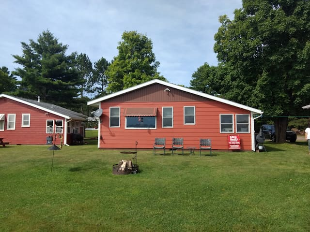 Schoolhouse Lake: poolside and free guest boats!