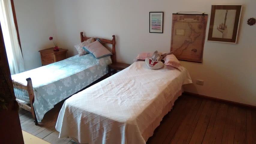 Amplia habitación, luminosa, con baño. Balcon - Olivos - House