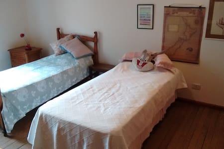 Amplia habitación, con baño. Excelente ubicacion - Olivos