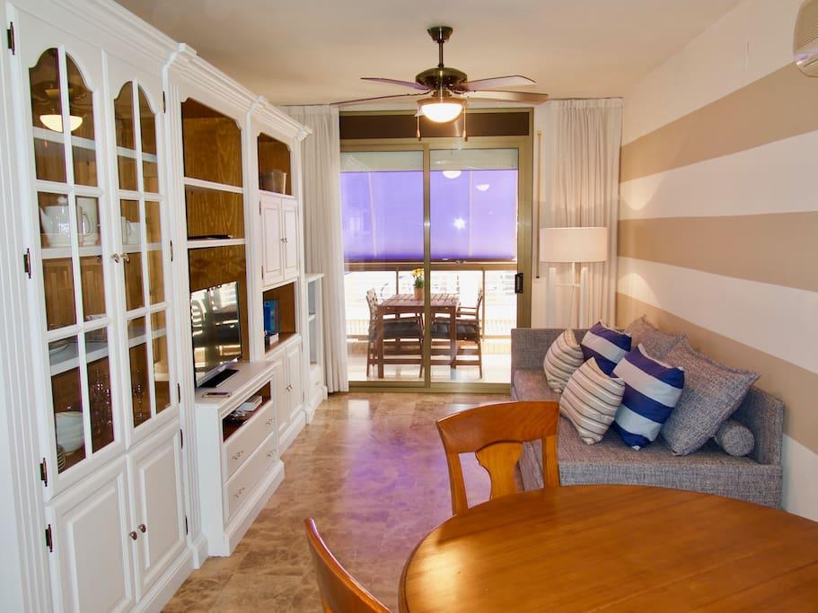 Menjador equipat: taula i cadires, còmode sofà llit, TV, Wi amb jocs i biblioteca.