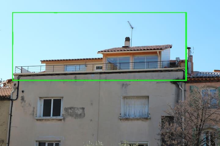 studio climatisé sur grande terrasse, en ville.
