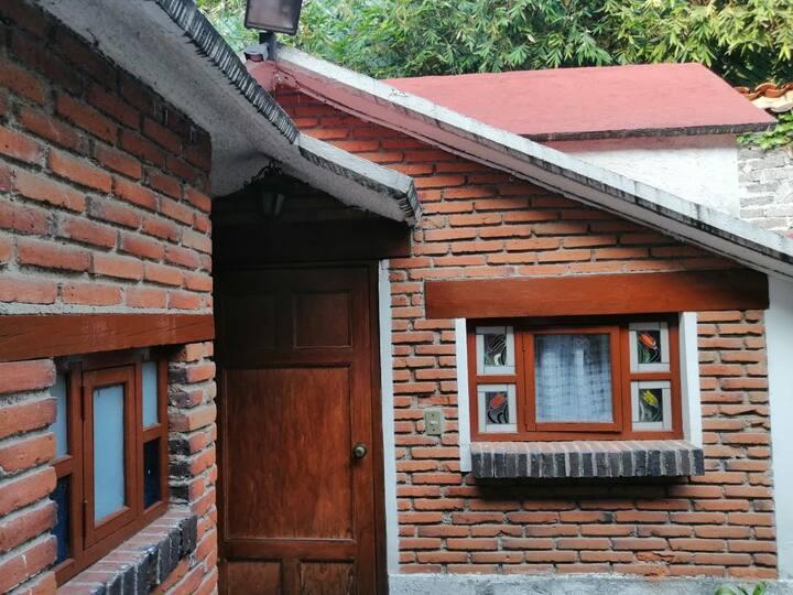Bella habitación mexicana en un barrio  tranquilo