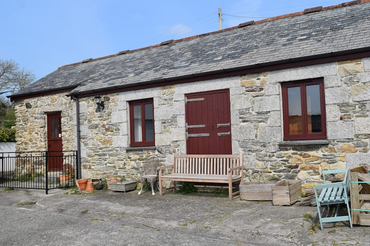 Converted barn, rural Cornwall 15 min from the sea