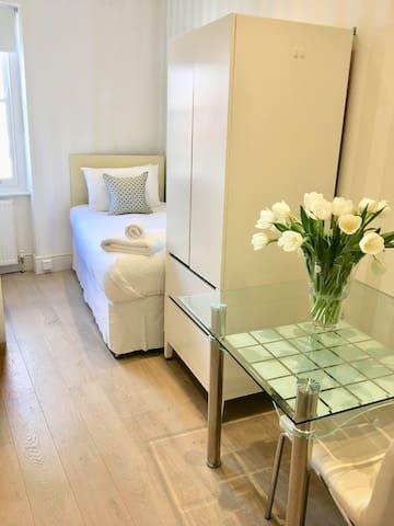 new single Room 9 in West Kensington - Stanwick