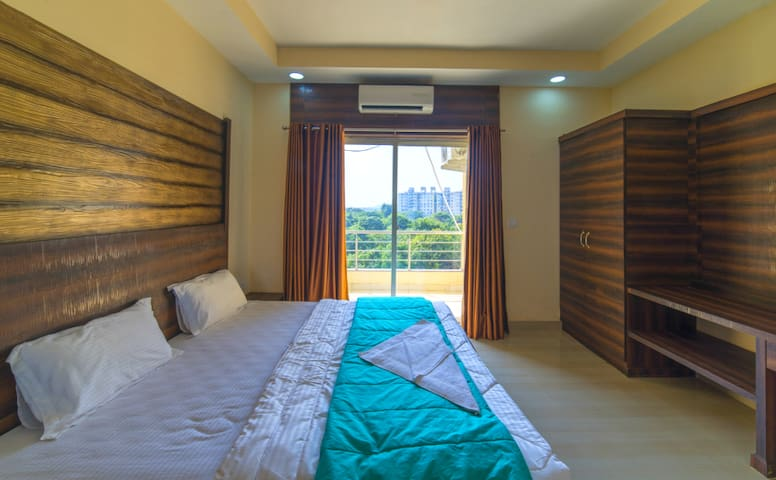 Classis 2BHK B&B apartment near Airport with Pool