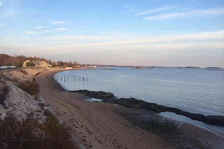 Cozy 2-Bed Home along the Beach - Branford