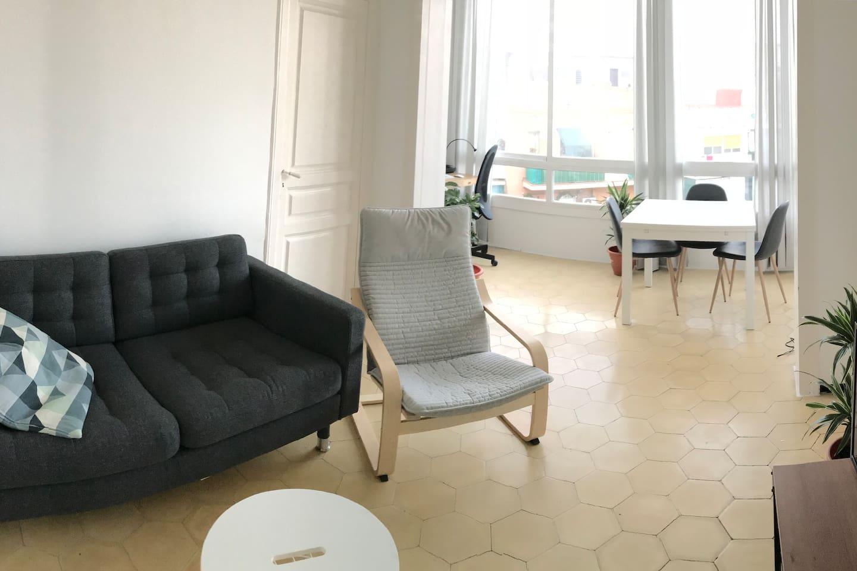 Living room with TV / Salón con televisor / Stue med TV