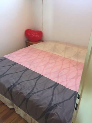 2adet tek kişilik yatak vardır birleştiğinde çift kişilik oluyor