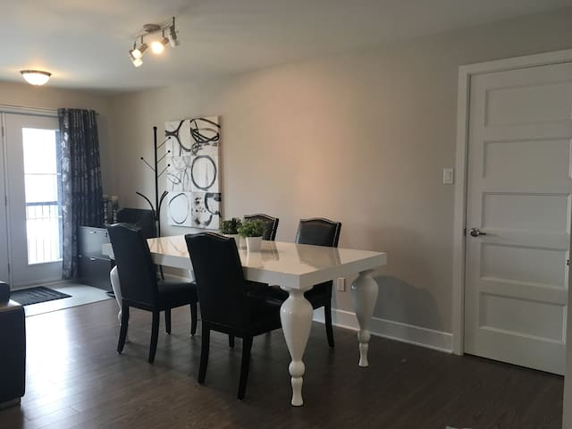 Superbe condo urbain ensoleillé 2 chambres - Les Coteaux - Apartemen