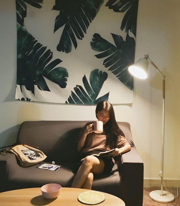 客厅夜灯读书品咖啡
