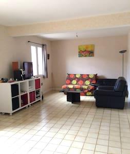 Une chambre a 300m du centre ville - Issoudun - Apartamento