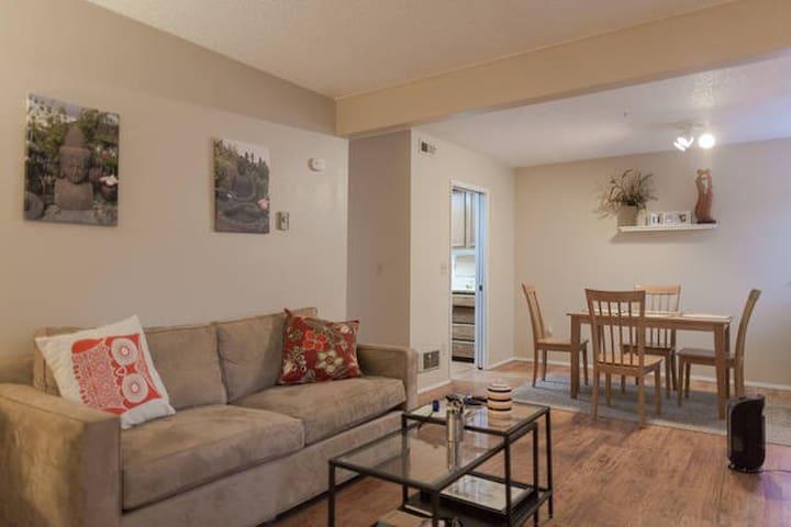 Home Away Cozy Bedroom; Walk to Goog & Kirkland DT - Kirkland - Condominium