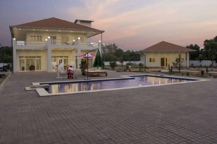 - Jolie Villa Moderne  avec piscine - Duc hoa - Bed & Breakfast