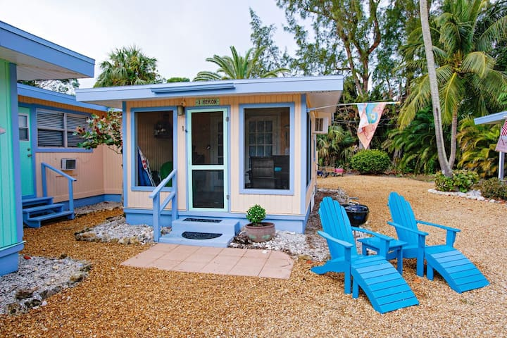 Newly renovated coastal chic cottage minutes to the beach!