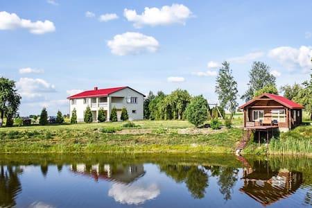 Prabangi vila ,ramioje kaimo vietoveje .