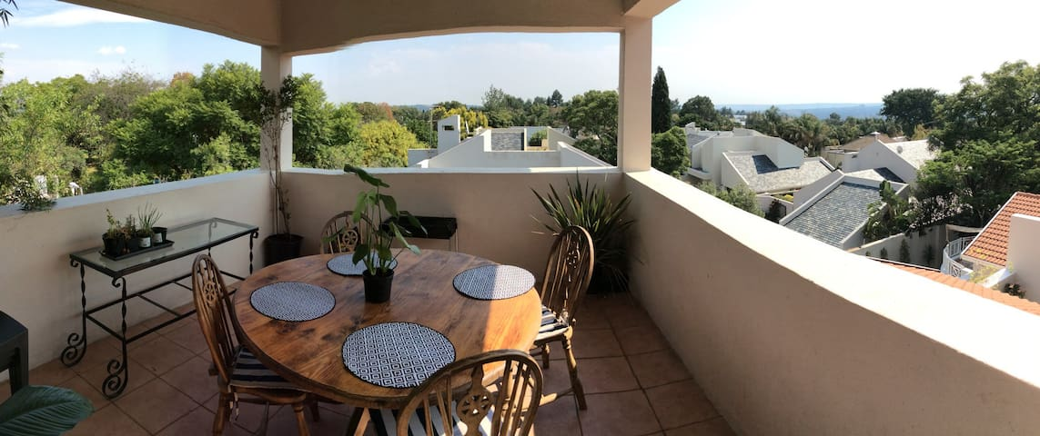 Sunny duplex loft in Sandton! Stunning views! - 桑頓 - 連棟房屋