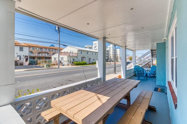 Downtown condo w/ a furnished patio - close to the beach & historic boardwalk