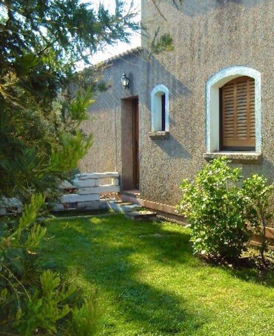 L'entrée côté Nord avec son jardin