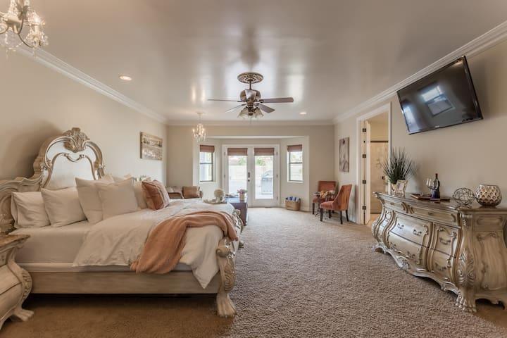 Exquisite en-suite private entrance & private bath