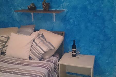 A cozy room in a spacious rooftop apartment :) - Herzliya