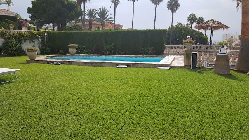 Zona piscina y jardín