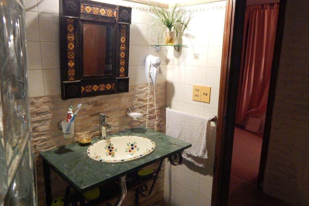 Baño estilo mexicano finamente decorado