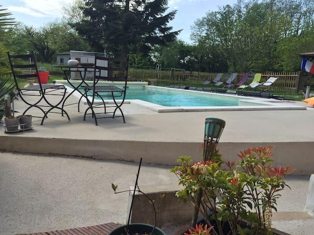 Chambre privée avec vue sur parc et piscine