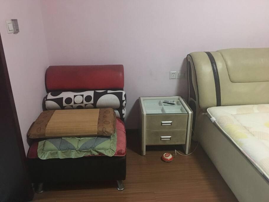 主卧有小沙发,有专门卫生间