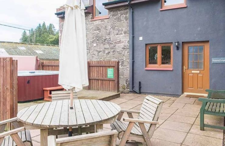 Keepers Lodge with Hot Tub near Perth, Perthshire