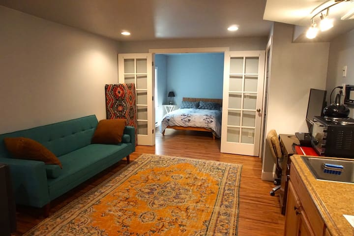 Comfy, modern, private apartment near downtown