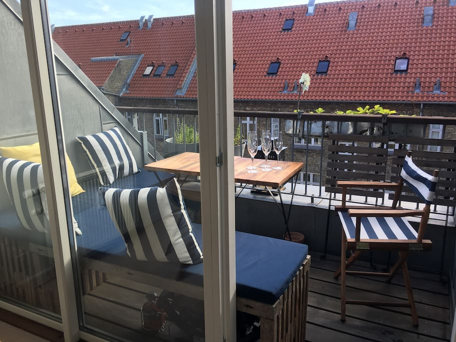 Balcony with room for 5 people for BBQ night