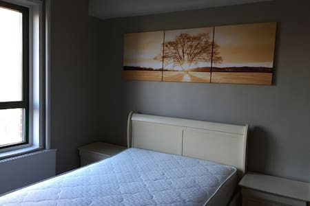 Natural light comfortable room! - Parkchester