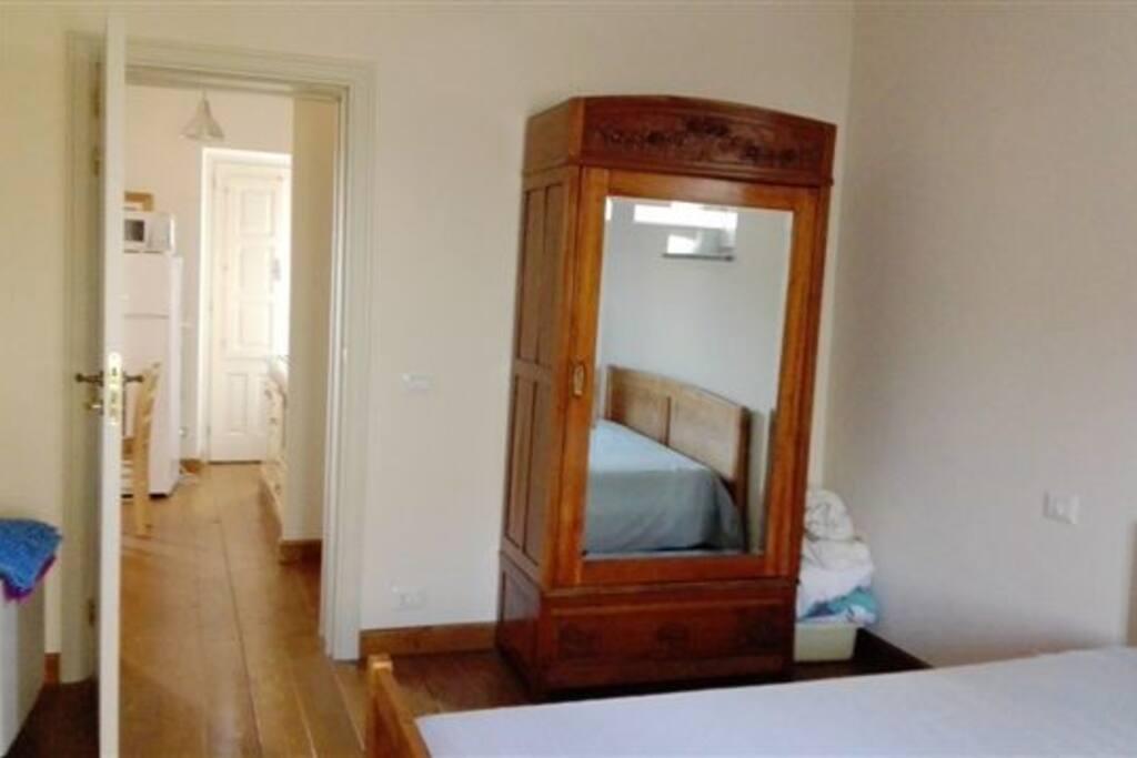 camera da letto matrimoniale con arredi d'epoca restaurati