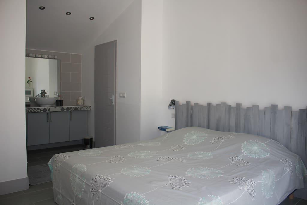 Chambre avec lit king size (180 cm), literie neuve, toilettes séparées