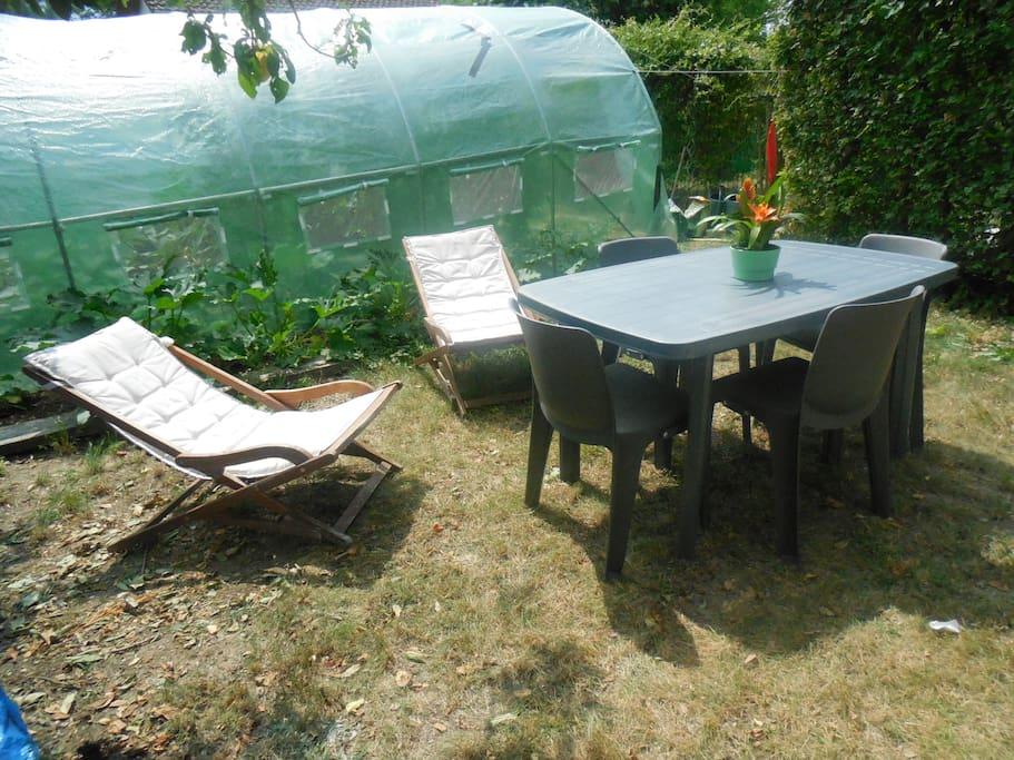 salon de jardin et fauteuils à votre disposition