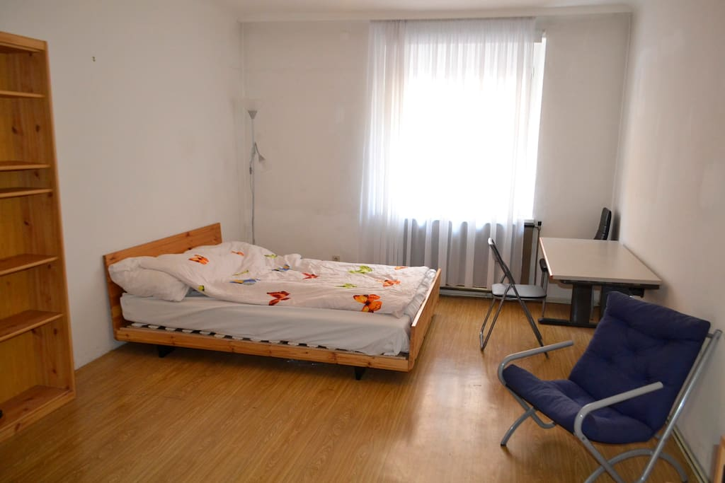 Big Sleeping Room with nice Bed