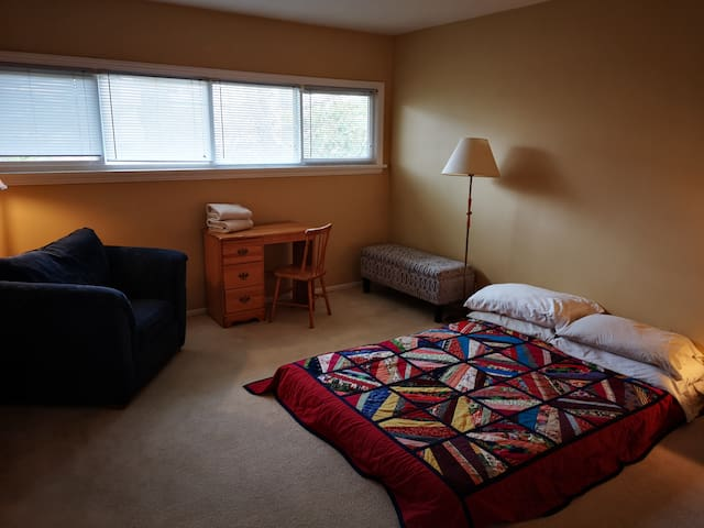 Large bedroom in warm and cozy Fairfield area home