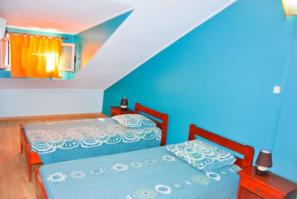 Chambre 2 - 2 petits lits - à l'étage