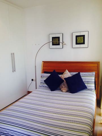 Bright double room/shower Docklands - Dublin - Apartment