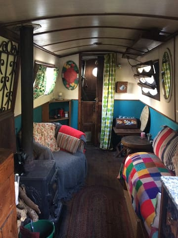 A relaxing place to stay - a canal boat! - Cheshunt