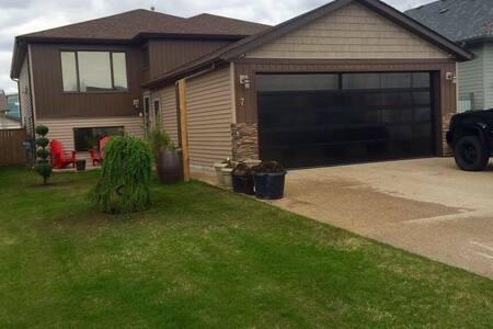 Modern clean friendly home - Red Deer