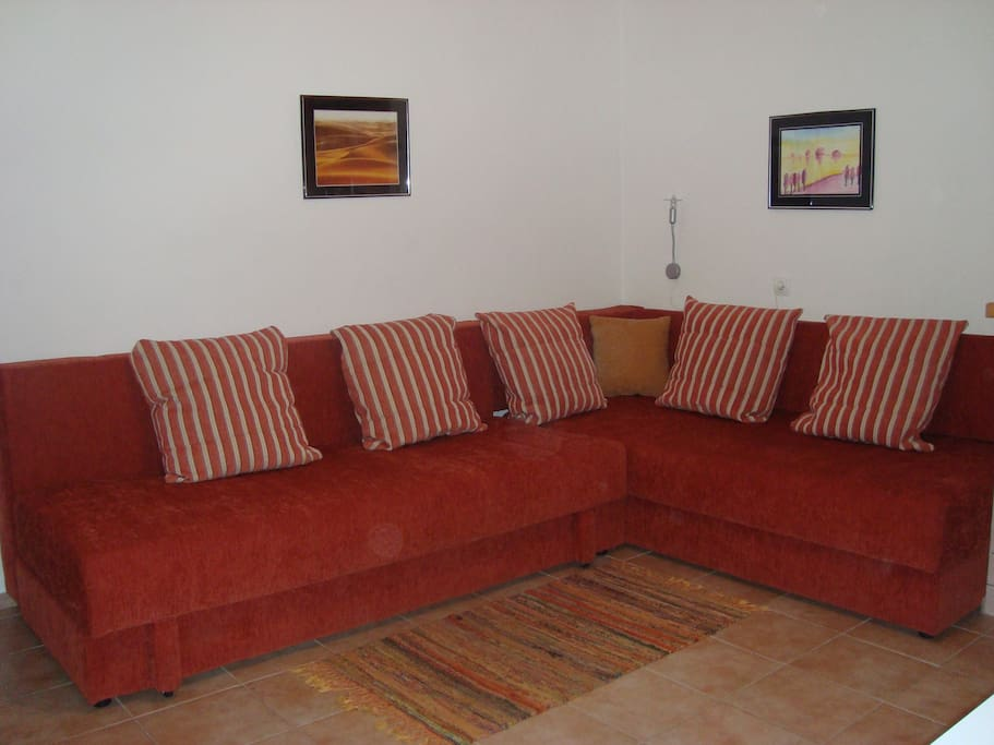 spacious sofa that makes 2 single beds or one double and one single.